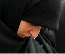وزير يجهش بالبكاء لتقبيل امرأة قدمه من أجل قطعة أرض
