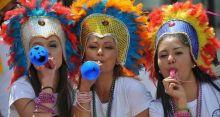 كولومبيا.. الرجال يرعون الأطفال والنساء يحتفلن