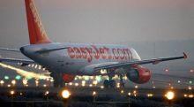 قائد طائرة يطالب 10 ركاب بدناء بمغادرتها لعدم تمكنها من الإقلاع بسبب سمنتهم