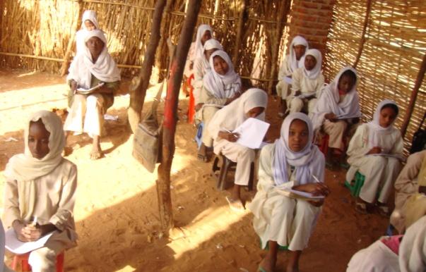 بالفيديو..تلاميذ سودانيين صغار السن يدرسون بقرية فقيرة وبإحدي المدارس المتواضعة يقدمون درساً في الوطنية وهم ينشدون للوطن برغم الحال الذي يعيشونه