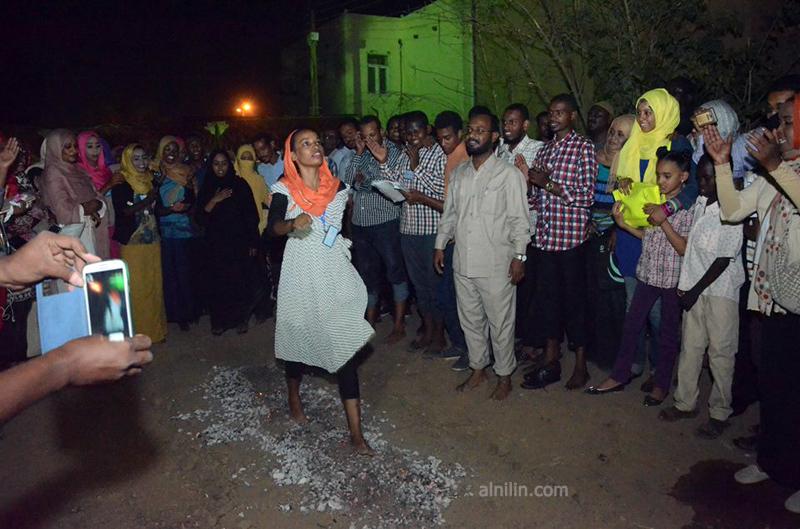 صور: شباب وشابات السودان يمشون على الجمر في تجربة حقيقية مثيرة