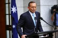 رئيس الوزراء الاسترالي توني ابوت يدلي بتصريحات في كانبيرا يوم 9 فبراير شباط 2015. تصوير. شين دافي - رويترز