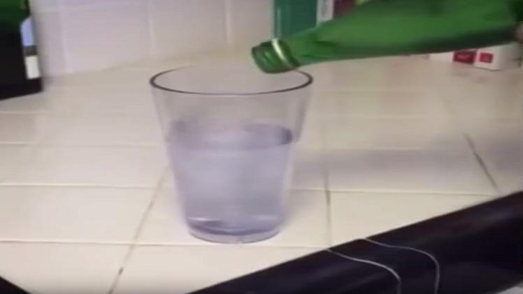 كوب يمتلئ بالماء