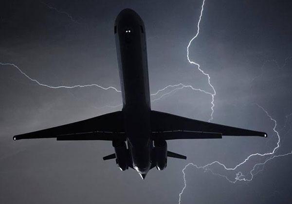 طائرة السعودية لحظة إصابتها بصاعقة