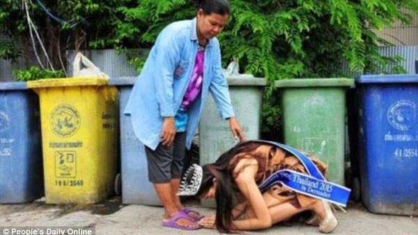 """لحظة مؤثرة.. ملكة جمال تقبل قدم والدتها """"جامعة القمامة""""  87b9b019-647e-408b-8cb3-48f9e0cf6743_16x9_600x338"""