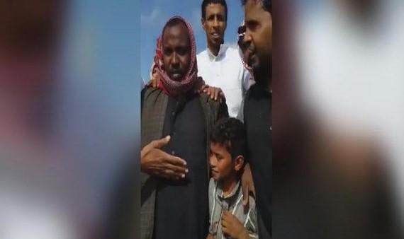 سوداني ينقذ طفلا احتجزته السيول