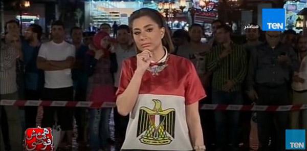 مصري يقبل زوجته على الهواء