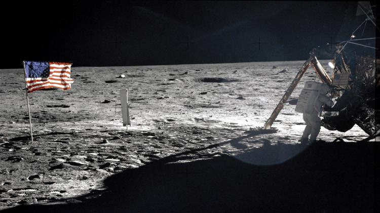 هبوط على القمر