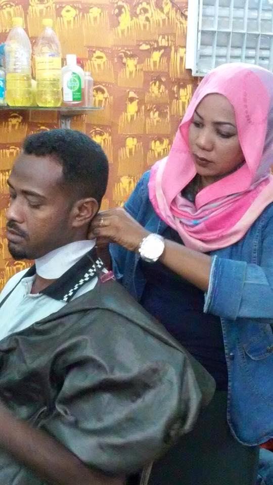 تعرف علي الفتاة السودانية التي عملت في صالون تصفيف الشعر الرجالي