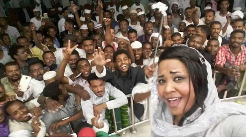 لفنانة مكارم بشير تلتقط سيلفي مع أبناء الجالية السودانية بالرياض وتشيد بهم