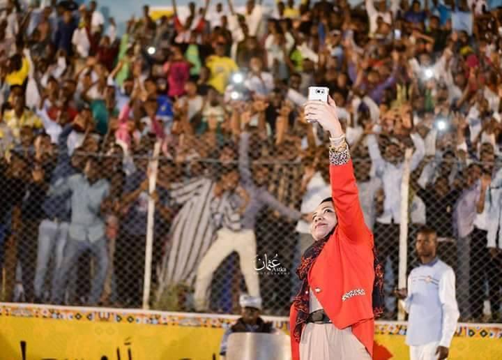 الفنانة مكارم بشير تلتقط سيلفي من جمهور ود مدني الحاضر في المدرجات