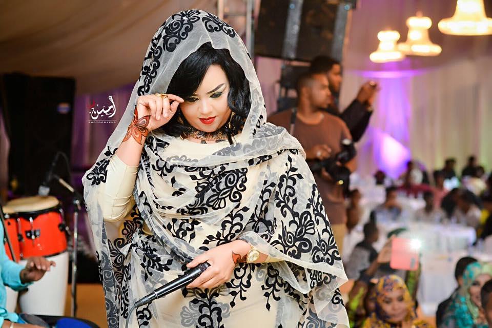 ندى القلعة تواصل تصدرها لعالم الموضة.. وثوبها الجديد الأغلى في سوق الأزياء النسائية بالسودان