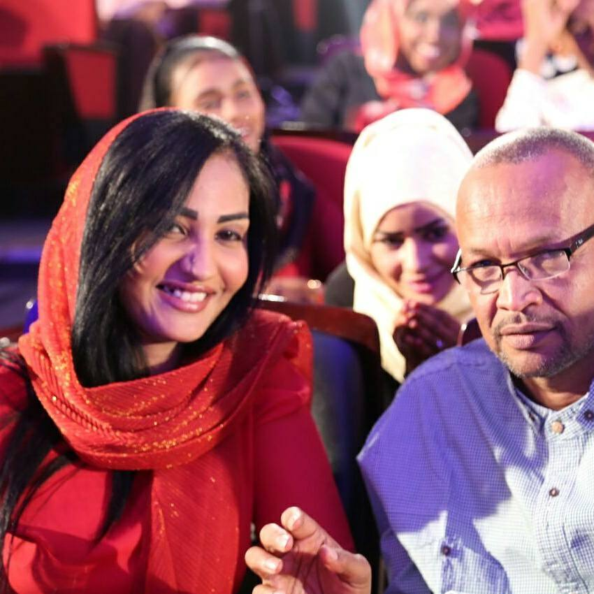 المذيعة تسابيح خاطر تعبر عن سعادتها بمزاملة المذيع سعد الدين حسن وتشيد بالمخرج شكر الله خلف الله
