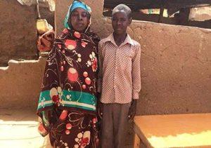 التلميذ مدثر ووالدته قهرا الصعاب سويا في معسكر (ابو شوك) بشمال دارفور