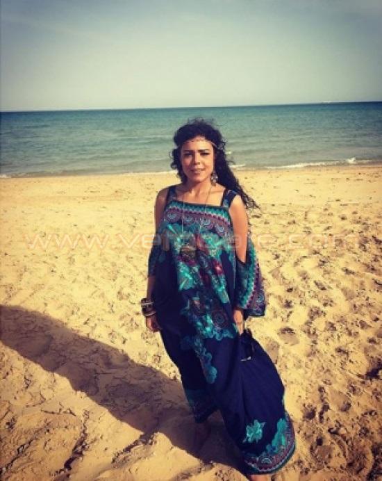 ناهد السباعي تثير دهشة جمهورها بارتدائها العباءة على الشاطئ