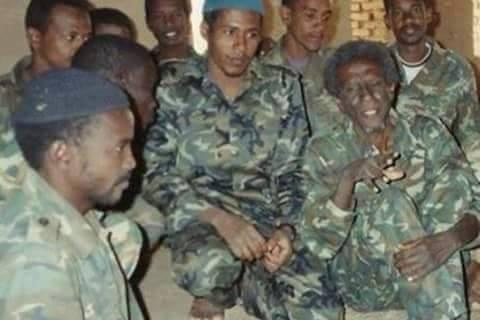 صورة نادرة جداً للصحفي إسحق فضل الله يعود تاريخها للعام 1994 تظهره وهو جالس مع المجاهدين بالزى العسكري