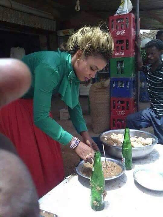 """فتاة أثيوبية تصنع """"بوش"""" الفول بأحد شوارع الخرطوم ومحلها أصبح قبلة لعاشقي """"الفتة"""""""