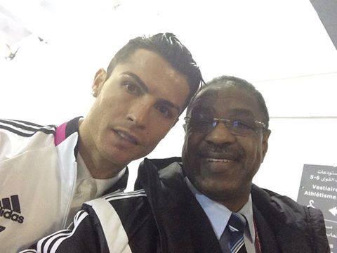 رئيس الإتحاد السوداني لكرة القدم يتسابق كالمشجعين لالتقاط صور مع رونالدو وبنزيمة ويتجاهل لاعبي منتخب بلاده