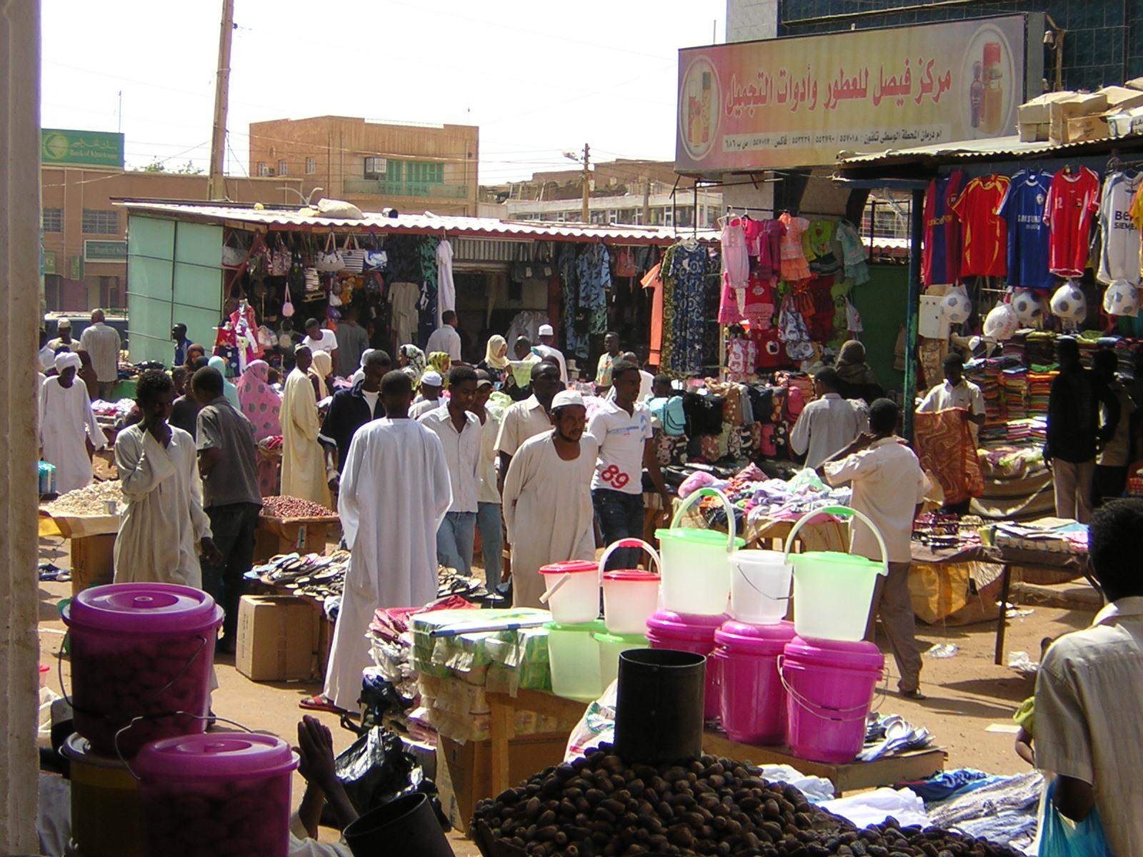 شاب سوداني يستعرض مهاراته في التحكم بالكرة وسط سوق أم درمان ويجبر المتسوقين علي التصفيق له