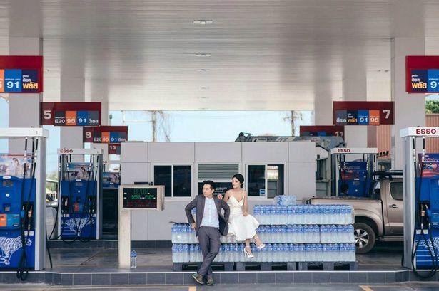 جلسة تصوير لعروسين في محطة بنزين1