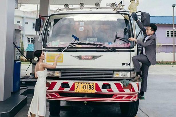 جلسة تصوير لعروسين في محطة بنزين2