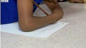طفلة بدون كفين تفوز بمسابقة للكتابة