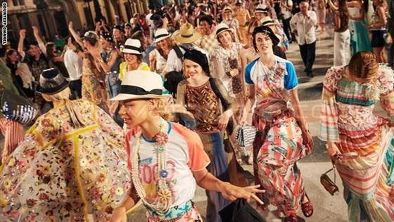 عارضات أزياء «شانيل» يعدن الحياة إلى قلب هافانا2