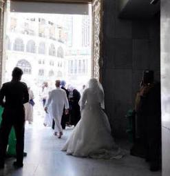 عروس بكامل أناقتها في المسجد الحرام