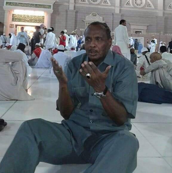 شاهد آخر صورة قام بنشرها خبير التحكيم السوداني الراحل.. يظهر من خلالها وهو يرفع يديه ويدعو الله من داخل الحرم