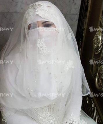 العروس هي دكتورة مصرية تدعى ابتسام الفرجاني