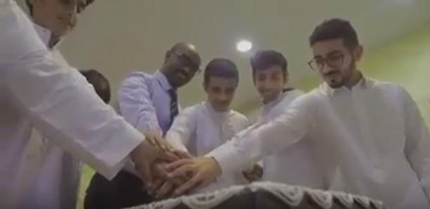 طلاب سعوديون يفاجئون أستاذهم السوداني ويعدون له تكريم خاص داخل الفصل الدراسي تعبيراً عن إعجابهم به