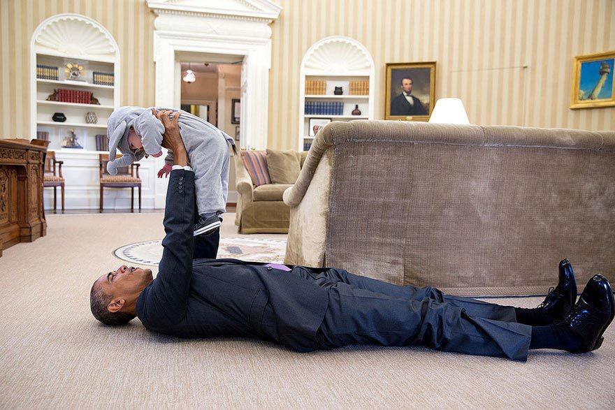 أوباما ومواقف إنسانية طريفة في صور