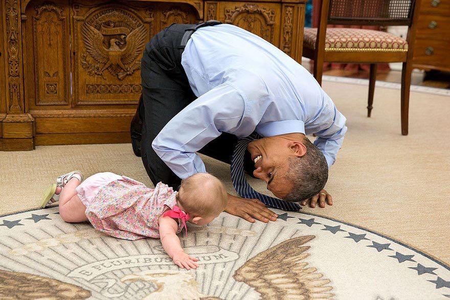 أوباما ومواقف إنسانية طريفة في صور1