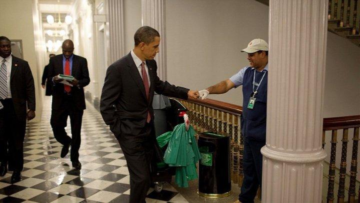 أوباما ومواقف إنسانية طريفة في صور3