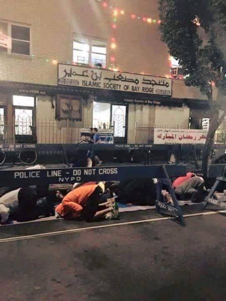 شرطة نيويورك تحمي المصلين أثناء أداء صلاة التراويح بالشارع1