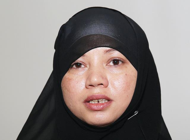 فتاة تعتنق الإسلام بسبب قلادة ذهبية وتغير اسمها إلى عائشة = حجاب