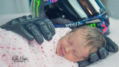 لقطة مؤثرة لطفلة تنام وسط أغراض والدها المتوفى