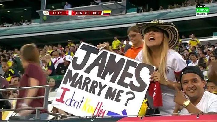 مشجعة كولومبية تُثير الجدل بعد طلبها الزواج من رودريجز