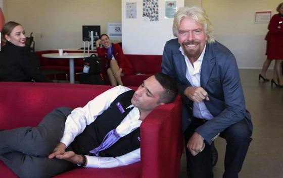 رد فعل طريف لملياردير بريطاني على نوم موظف لديه1