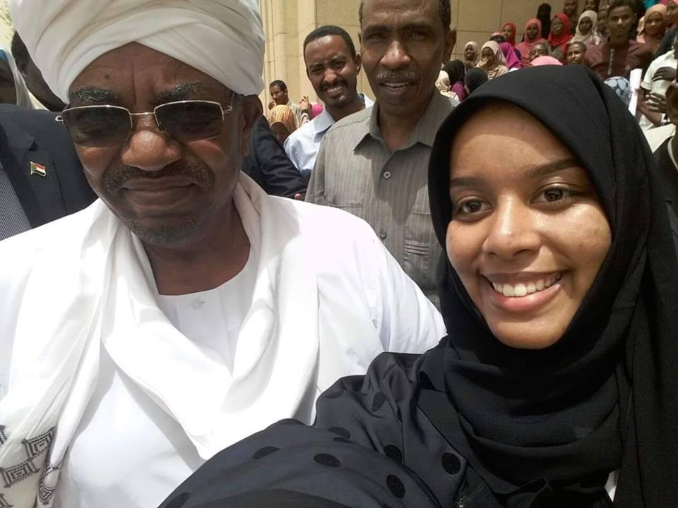 الحرس الرئاسي يمنع طالبة من التقاط سيلفي مع الرئيس السوداني..والبشير يتدخل ويسمح لها بالتصوير
