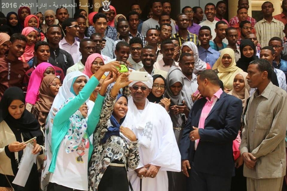 الطلاب المتفوقين بالسودان يعبرون عن سعادتهم بسيلفي مع الرئيس البشير