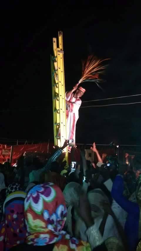 في تقليعة جديدة:عريس سوداني يصعد على سلم كهربائي في ليلة زفافه ورود مواقع التواصل يفسرونها بأنها احتفالية باستقرار التيار الكهربائي ببلاده