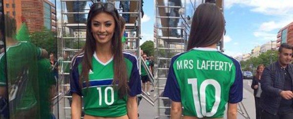 عارضة الأزياء وزوجة مهاجم فريق ايرلندا الشمالية