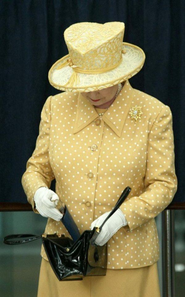 لا تحمل جواز سفر ولا رخصة قيادة.. فماذا يوجد في حقيبة ملكة بريطانيا؟3