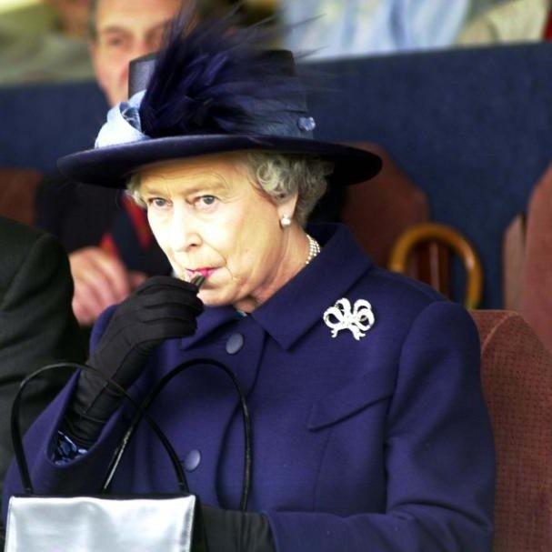لا تحمل جواز سفر ولا رخصة قيادة.. فماذا يوجد في حقيبة ملكة بريطانيا؟4