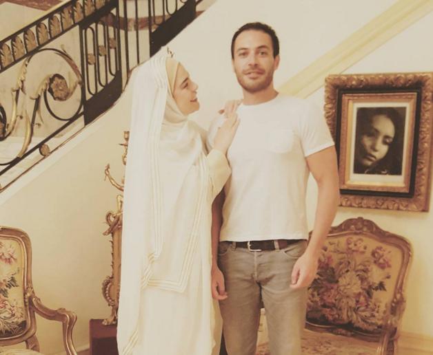 شريهان تنشر صورتها بالحجاب بصحبة شاب.. والجمهور يبدي إعجابه بها