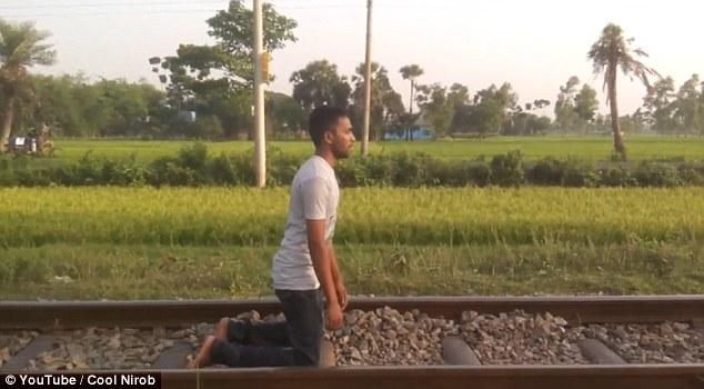 متهور ينام أسفل قطار مسرع