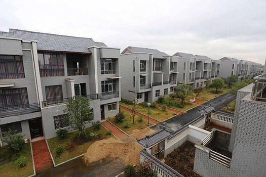 رجل دمر جميع بيوت قريته بعد أن أصبح مليونيرا: فعل ذلك عرفانًا بالجميل