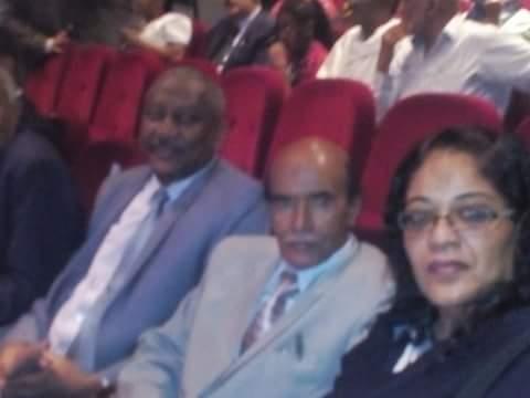 المستشار الثقافي السيد صلاح سعيد مع رئيس المهرجان السيد علاء اسحق والي جانبه الدكتوره امنه فزاع رئيس نادي المرأه الافريقية(سودانية)