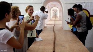 People look at the world's longest cigar that stretches 295 feet 4 inches (90 metres), in Havana, Cuba, August 12, 2016. REUTERS/Enrique de la Osa